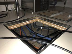ホームページ屋ですが床下潜って「HDMI配線工事」やってます。