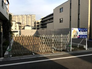 ホームページ屋ですが、社屋建設現場の仮囲い工事と看板設置やってます。